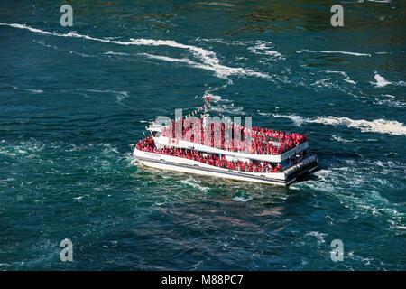 Escursioni barca si avvicina Horseshoe Falls, Cascate del Niagara, in Ontario, Canada Foto Stock