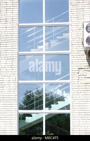 Molto alte finestre in casa Foto Stock