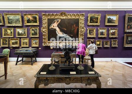 Londra. In Inghilterra. Regno Unito. I visitatori alla Wallace Collection, alloggiati a Hertford House in Manchester Foto Stock