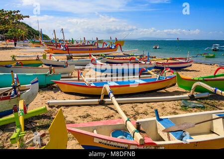 Il tradizionale design Balinese barche da pesca Sanur Beach, Bali, Indonesia Foto Stock