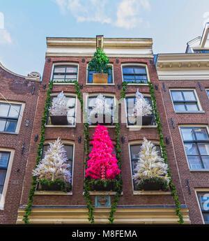 Amsterdam, Paesi Bassi - 14 dicembre 2017: la facciata della vecchia casa a Amsterdam Foto Stock