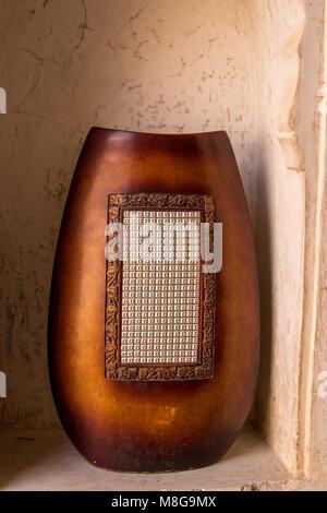 Antiquariato vaso di legno splendidamente scolpito Foto Stock