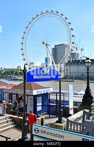 I turisti acquisto di Fiume Tamigi tour in barca biglietti di trasporto per London Westminster Pier per escursioni Foto Stock