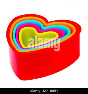 Cookie cutters impilati insieme in un set, tagliate o isolato su uno sfondo bianco. Foto Stock
