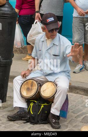 Alcuni pesos cubani con eroi icona di Guevara e Cienfuegos e cappello  militare  Musicista di strada eseguire per i turisti e per i suggerimenti  in Avana ... dad4b2baeac0