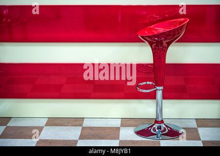 In plastica rosso sgabello da bar vicino al contatore foto