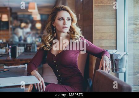 Bella Donna in attesa in Cafe, moda ritratto Foto Stock