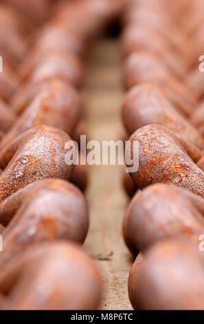 Pesanti catene industriali sul dock Foto Stock