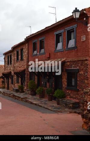 Il pittoresco villaggio con il suo nero ardesia tetti In Madriguera. Architettura viaggi di vacanza della vita rurale. Ottobre 21, 2017. Madriguera Segovia Castilla L Foto Stock