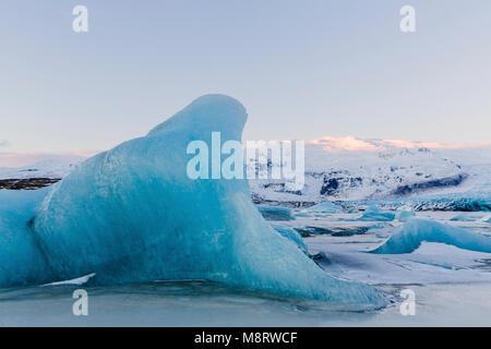 Vista tranquilla di iceberg nel lago ghiacciato durante il periodo invernale Foto Stock