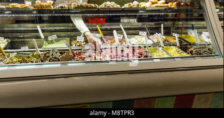 Una selezione di gelato fresco in un Sorrento gelateria Foto Stock