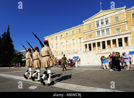 Cambio di guardia davanti alla tomba del Milite Ignoto, il parlamento greco, Atene. Foto Stock