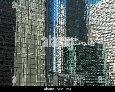 Immagine astratta di edifici di Chicago si riflette in vetro Foto Stock