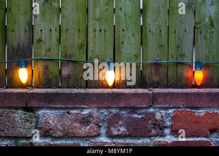 Vista in tre lampadine vintage sul vecchio muro Foto Stock