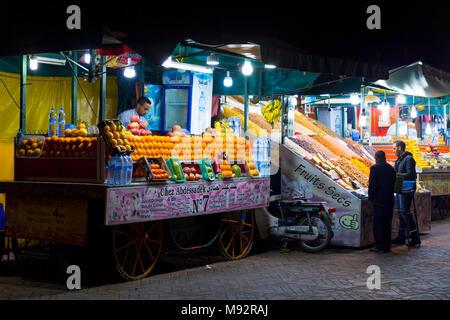 Il succo di frutta in stallo la Djemaa el Fna mercato nella Medina di Marrakech, Marocco Foto Stock