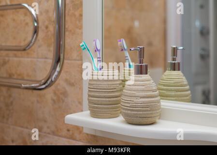 Vassoi In Legno Con Vetro : Pompa bottiglia di vetro con sapone liquido sul vassoio di legno