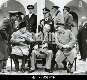 Conferenza di Yalta Febbraio 1945. Seduti da sinistra: Winston Churchill, Franklin D. Roosevelt, Joseph Stalin. Fleet Admiral Ernest King è in piedi dietro di Roosevelt. Foto Stock