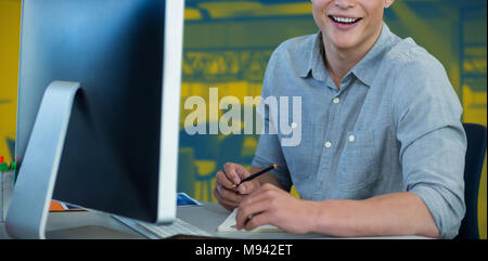 Immagine composita del ritratto del proprietario di usare il computer al banco contro uno sfondo bianco Foto Stock