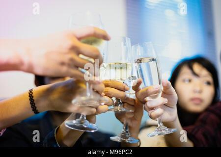 Gruppo asiatico di amici di partito con bevande birra e bevande giovani godendo presso un bar cocktail di tostatura.soft focus Foto Stock