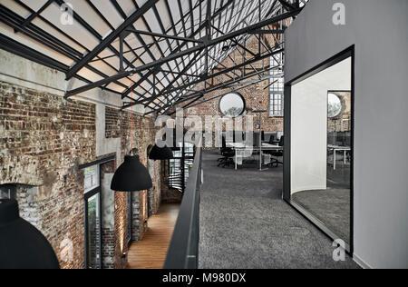 Foto Ufficio Moderno : Ufficio moderno nella vecchia fabbrica con schermi in vetroresina
