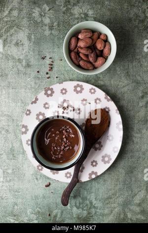 Tazza di budino di cioccolato con cacao cacao, naselli e le fave di cacao Foto Stock