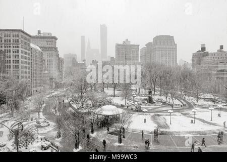 Union Square Park in inverno sotto la neve (nero & bianco). Manhattan, New York City