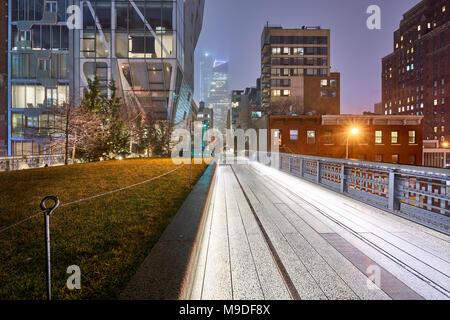 La Highline in Chelsea durante la notte in un giorno di pioggia d'inverno. Manhattan, New York City