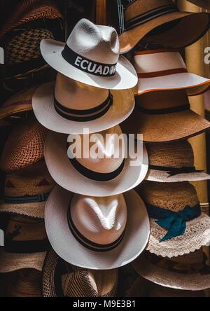 ... ecuadoriana dimostrando la tessitura tradizionale di un cappello di  Panama eb27326cce03