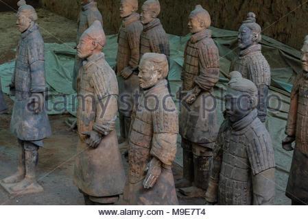L'Esercito di Terracotta è stata trovata ampiamente danneggiate quando ha scoperto nel 1974. I guerrieri sono state faticosamente ricomposti. Mausoleo del primo Qi Foto Stock