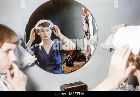 Donna negli anni cinquanta a style abito da sposa accanto all auto d ... 88231f68cfc6