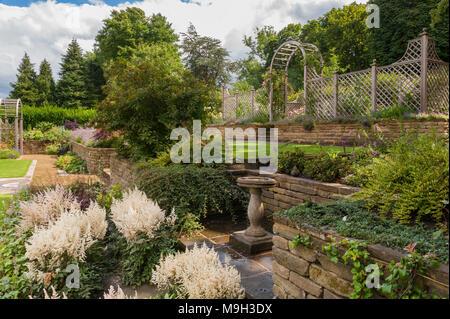 Terrazzamenti, piante fiorite sul confine, prato, muri in pietra, i ...