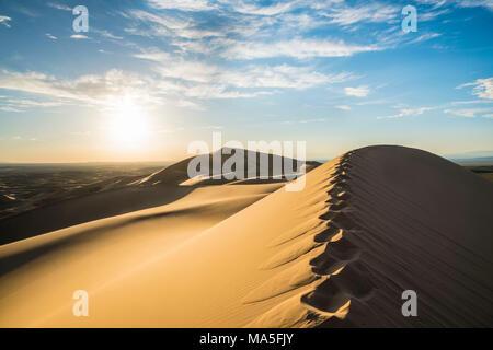 Orme sulla Khongor dune di sabbia in Gobi Gurvan Saikhan Parco Nazionale. Sevrei distretto, a sud della provincia di Gobi, Mongolia. Foto Stock