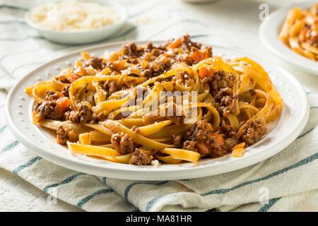 In casa italiana sugo di ragù e la pasta con il formaggio Foto Stock