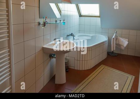 Bianco moderno piccolo bagno con vasca angolare lavabo specchio e finestra banska stiavnica for Bagno piccolo con vasca