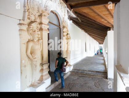 Uomo di entrare all'interno di Dambulla tempio nella grotta, Dambulla, Sri Lanka, in Asia. Foto Stock