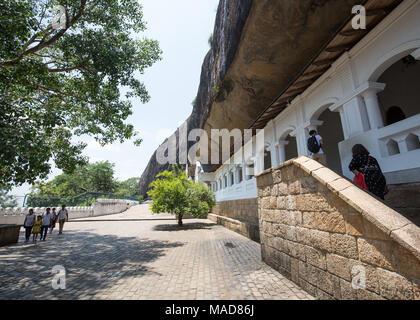 I turisti in visita a Dambulla tempio nella grotta, Dambulla, Sri Lanka, in Asia. Foto Stock