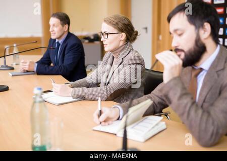 La gente di affari che partecipano in conferenza stampa Foto Stock