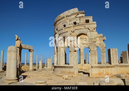 Rovine del luogo di mercato in piedi nella antica città romana di Leptis Magna, Tripoli, Libia Foto Stock