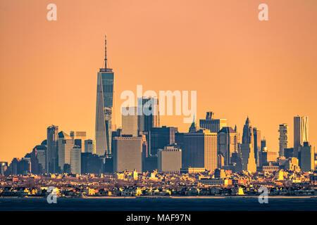 New York highrise skyline con basso Brooklyn borough in primo piano, come visto a sunrise, da Sandy Hook, NJ. Foto Stock