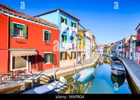 Burano, Venezia. Immagine con coloratissima isola e canale d'acqua dal bellissimo Veneto in Italia. Foto Stock