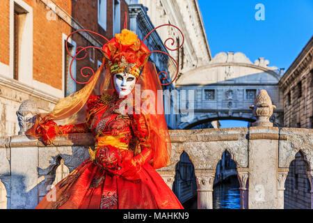 Venezia, Italia. Il carnevale di Venezia, bella maschera presso il Ponte dei Sospiri. Foto Stock