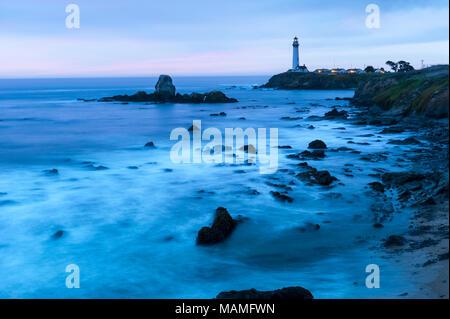 Il pittoresco centro storico di Pigeon Point Lighthouse, Pescadero, le onde che si infrangono sulla costa del Pacifico in California al crepuscolo, Stati Uniti d'America, Stati Uniti d'America. Foto Stock