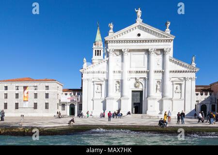 La facciata della chiesa di San Giorgio Maggiore dal Canale della Giudecca e Basino San marco (St Marks Basin) Venezia, Veneto, Italia. Progettata dal Palladio.