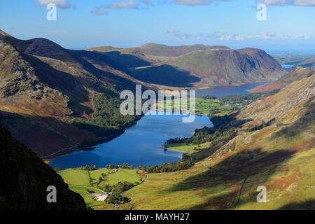 Vista su Buttermere e Crummock acqua da Fleetwith luccio nel Parco nazionale del Lake District in Cumbria, Inghilterra Foto Stock