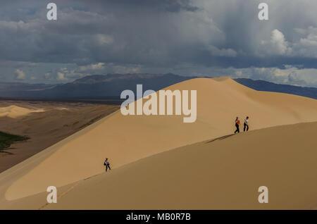 Salendo lo Khongoryn Els, deserto dei Gobi e Mongolia Foto Stock