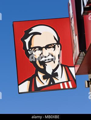 KFC Kentucky Fried Chicken segno su uno di ristoranti fast food, Belgrado, Serbia Foto Stock
