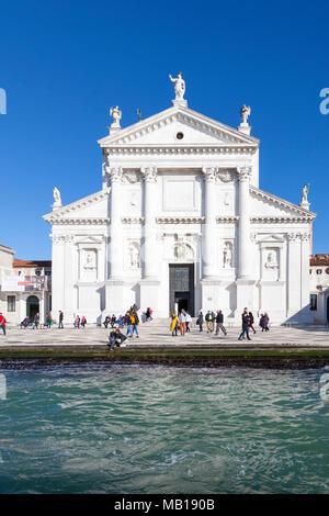 Facciata di San Giorgio Maggiore dal Canale della Giudecca, Venezia, Veneto, Italia. Questa chiesa fu progettata dal Palladio per affrontare l'impostazione sun