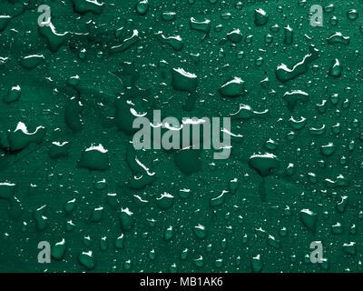 Gocce d'acqua in bottiglia verde superficie metallica Foto Stock