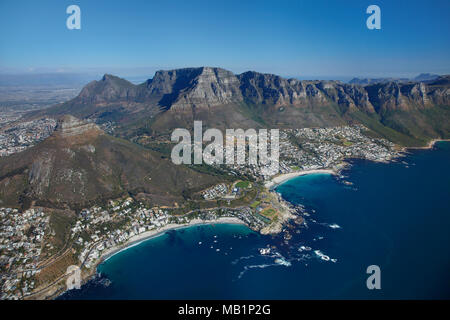 Clifton Beach (sinistra) e Camps Bay (a destra), Table Mountain e i dodici Apostoli, Cape Town, Sud Africa - aerial Foto Stock