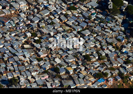 Imizamo Yethu township, Hout Bay, Città del Capo, Sud Africa - aerial Foto Stock